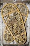 葡萄酒在被绘的木头的雪鞋子 库存照片