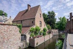 葡萄酒在运河和古老中世纪街道美丽如画的风景的石头房子在与天空蔚蓝白色云彩的夏季的好日子 免版税库存照片