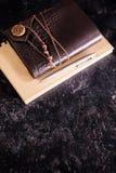 葡萄酒在铅笔旁边变老了在日志的笔记本 免版税库存图片