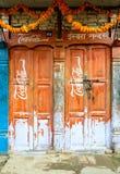 葡萄酒在门的可口可乐标志 库存照片