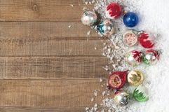 葡萄酒在随风飘飞的雪在木背景与室或空间的圣诞节装饰品拷贝的,文本,词。 库存图片