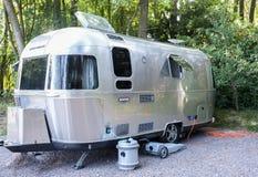 葡萄酒在露营地的气流拖车 免版税库存图片