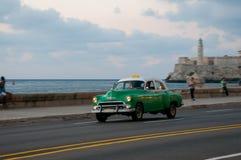 葡萄酒在黄昏的哈瓦那出租汽车在沿海大道 古巴 18-05-2015 免版税库存图片