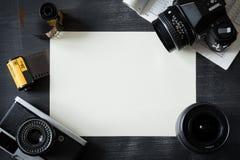 葡萄酒在黑桌上的摄影设备与白色框架 库存图片