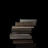 葡萄酒在黑色隔绝的书架 免版税库存图片