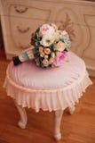 葡萄酒在bodoir内部的婚礼花束 免版税库存图片