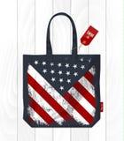 葡萄酒在eco袋子的美利坚合众国旗子 库存照片