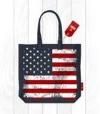 葡萄酒在eco袋子的美利坚合众国旗子 免版税库存图片