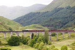 葡萄酒在Glenfinnan高架桥,苏格兰,英国的蒸汽火车 图库摄影