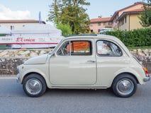 葡萄酒在L'Eroica,意大利的菲亚特500汽车 免版税图库摄影