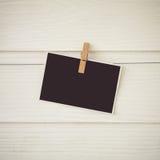 葡萄酒垂悬在绳索和木头墙壁上的口气ofpostcard 免版税图库摄影
