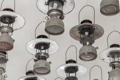 葡萄酒垂悬汽油的灯在天花板。 免版税库存图片