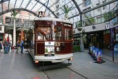 葡萄酒城市等待在室内电车中止的游览路面电车在大教堂连接点,克赖斯特切奇,新西兰 免版税图库摄影