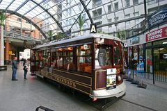 葡萄酒城市等待在室内电车中止的游览路面电车在大教堂连接点,克赖斯特切奇,新西兰 免版税库存照片