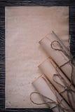 葡萄酒堆在木滚动了中世纪纸 免版税库存照片