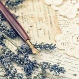 葡萄酒墨水笔、干淡紫色花和老情书 图库摄影