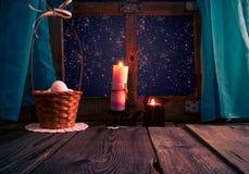 葡萄酒复活节篮子怂恿蜡烛 库存照片