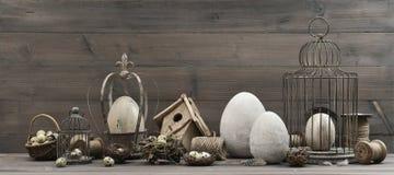 葡萄酒复活节装饰用鸡蛋、巢和鸟笼 免版税库存照片