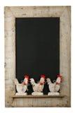 葡萄酒复活节鸡雄鸡黑板被索还的木框架 库存图片