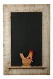 葡萄酒复活节鸡雄鸡黑板被索还的木框架 免版税库存照片