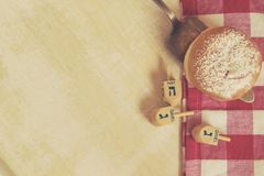 葡萄酒多福饼和dreidles -犹太光明节Symb的样式图象 免版税图库摄影