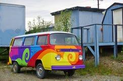 葡萄酒大众(VW)露营者货车绘与荧光的嬉皮的颜色 免版税库存图片