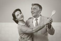 葡萄酒夫妇跳舞在厨房里 免版税库存照片