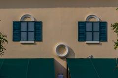 葡萄酒威尼斯窗口有五颜六色的墙壁背景 脏vivi 免版税库存图片