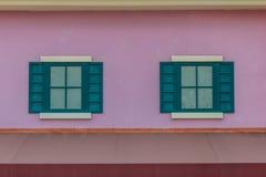 葡萄酒威尼斯窗口有五颜六色的墙壁背景 脏vivi 图库摄影