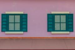 葡萄酒威尼斯窗口有五颜六色的墙壁背景 脏vivi 免版税图库摄影