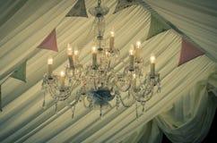 葡萄酒婚礼枝形吊灯和旗布 免版税库存照片