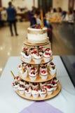 葡萄酒婚礼装饰赤裸蛋糕先生和夫人Gold 免版税库存图片