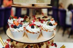 葡萄酒婚礼装饰赤裸蛋糕先生和夫人Gold 库存照片