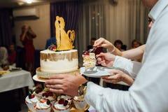 葡萄酒婚礼装饰赤裸蛋糕先生和夫人Gold 免版税库存照片