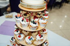 葡萄酒婚礼装饰赤裸蛋糕先生和夫人Gold 免版税图库摄影