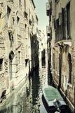 葡萄酒安静的威尼斯运河 库存图片