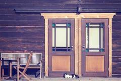 葡萄酒定了调子一只猫的照片在木门前面的 免版税库存照片