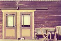 葡萄酒定了调子一只猫的照片在木门前面的 图库摄影