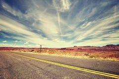 葡萄酒定了调子一条风景沙漠路的图片 库存照片