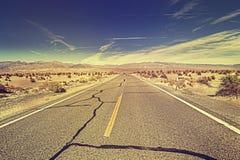 葡萄酒定了调子不尽的沙漠高速公路,美国 库存图片