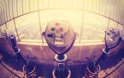 葡萄酒定了调子在曼哈顿地平线的双筒望远镜在日落, NYC 免版税库存照片