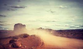 葡萄酒定了调子在纪念碑谷,美国的沙尘暴 免版税库存照片