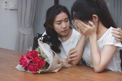 葡萄酒定了调子安慰一个哀伤的沮丧的女性朋友的可爱的亚裔妇女的图象 破坏或最佳的关系概念 图库摄影
