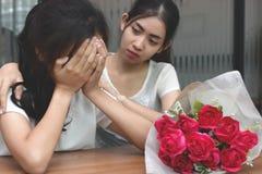 葡萄酒定了调子安慰一个哀伤的沮丧的女性朋友的可爱的亚裔妇女的图象 破坏或最佳的关系概念 免版税图库摄影