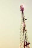 葡萄酒定了调子并且弄脏了电力量在苍白白色天空的岗位塔 库存照片