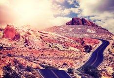 葡萄酒定了调子沙漠路的图片在日落 免版税库存图片