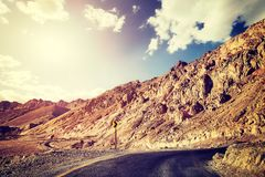 葡萄酒定了调子沙漠路的图片在日落 免版税图库摄影