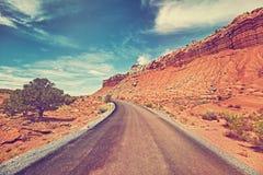 葡萄酒定了调子沙漠路的图片,旅行概念 免版税库存照片