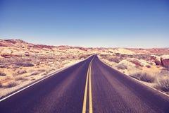 葡萄酒定了调子沙漠路的图片 免版税库存图片