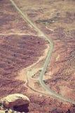 葡萄酒定了调子沙漠路的空中图片 库存照片